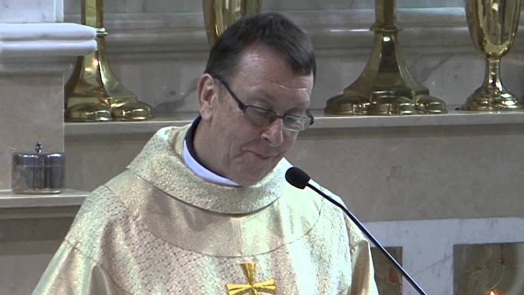 "Priest Surprises Wedding Guests With ""Hallelujah"" Song"