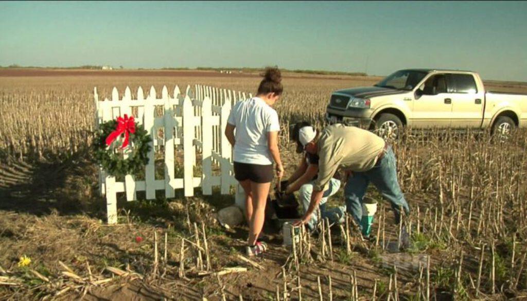 Christmas-Grave-Texas-Country-Reporter
